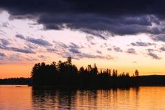 Puesta del sol dramática en el lago foto de archivo libre de regalías