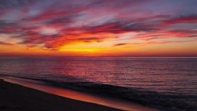 Puesta del sol dramática en la playa vacía