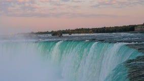 Puesta del sol dramática en las caídas en Niagara Falls, Ontario, Canadá del zapato del caballo metrajes