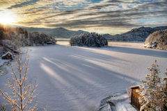 Puesta del sol dramática en Noruega nevosa Imagen de archivo