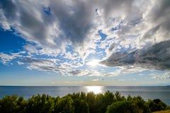 Puesta del sol dramática sobre el mar Fotos de archivo