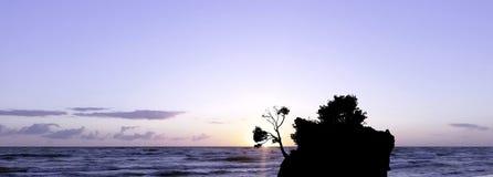Puesta del sol dramática sobre el mar adriático con Kamen Brela - isla famosa minúscula en Brela Fotografía de archivo