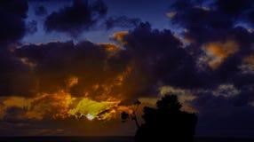 Puesta del sol dramática sobre el mar adriático con Kamen Brela - isla famosa minúscula en Brela Fotografía de archivo libre de regalías