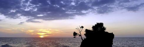 Puesta del sol dramática sobre el mar adriático con Kamen Brela - isla famosa minúscula en Brela Imagen de archivo