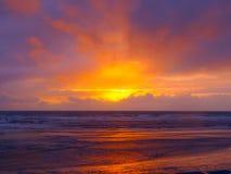 Puesta del sol dramática sobre el océano Foto de archivo libre de regalías