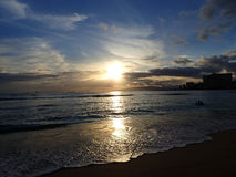 Puesta del sol dramática sobre las montañas de Waianae con la luz que refleja encendido Imagen de archivo
