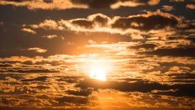 Puesta del sol dramática sobre las nubes de tormenta Lapso de tiempo metrajes