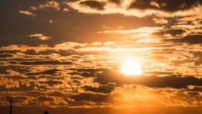 Puesta del sol dramática sobre las nubes de tormenta y sobre árboles y tubos de la planta Lapso de tiempo almacen de video