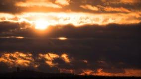 Puesta del sol dramática sobre las nubes y los árboles de tormenta Lapso de tiempo almacen de video