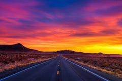 Puesta del sol dramática sobre un camino vacío en Utah imagen de archivo