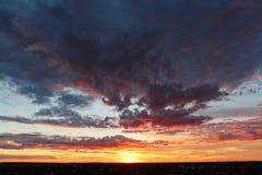 Puesta del sol dramática y cielo de la salida del sol Fotografía de archivo