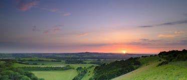 Puesta del sol dram?tica y colorida de mediados de verano sobre Beacon Hill de la colina vieja de Winchester en el parque naciona fotografía de archivo