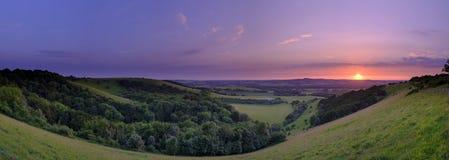 Puesta del sol dram?tica y colorida de mediados de verano sobre Beacon Hill de la colina vieja de Winchester en el parque naciona fotos de archivo
