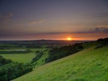 Puesta del sol dram?tica y colorida de mediados de verano sobre Beacon Hill de la colina vieja de Winchester en el parque naciona fotografía de archivo libre de regalías