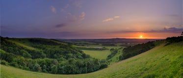 Puesta del sol dram?tica y colorida de mediados de verano sobre Beacon Hill de la colina vieja de Winchester en el parque naciona imágenes de archivo libres de regalías