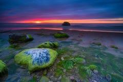 Puesta del sol drammatic hermosa con las rocas y cielo hermoso Imagen de archivo