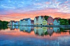 Puesta del sol dramática sobre la ciudad vieja de Landshut en el río de Isar cerca de Mun Fotos de archivo libres de regalías