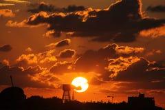 Puesta del sol dura sobre la torre de agua Foto de archivo