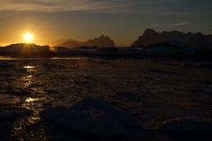 Puesta del sol durante el invierno del antártico del océano Imágenes de archivo libres de regalías