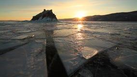 Puesta del sol durante el invierno el lago Baikal almacen de metraje de vídeo