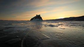 Puesta del sol durante el invierno el lago Baikal metrajes