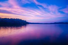 Puesta del sol durante hora azul en el lago Foto de archivo libre de regalías