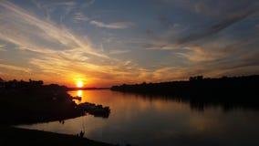 Puesta del sol durante la hora de Sava Golden del río foto de archivo
