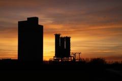 Puesta del sol e industria. Imagen de archivo libre de regalías