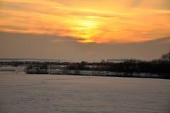 Puesta del sol el invierno un prado fotos de archivo