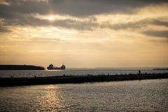 Puesta del sol el lago Superior del carguero Foto de archivo libre de regalías
