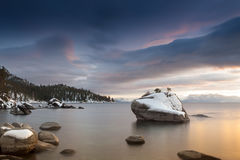 Puesta del sol el lago Tahoe de la roca de los bonsais Foto de archivo