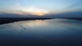 Puesta del sol el río Delaware helado Philadelphia de la visión aérea almacen de video