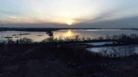 Puesta del sol el río Delaware helado Philadelphia de la visión aérea metrajes