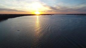 Puesta del sol el río Delaware helado Philadelphia de la visión aérea almacen de metraje de vídeo
