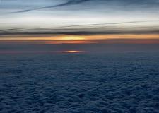 Puesta del sol en 10 kilómetros sobre la tierra Fotos de archivo