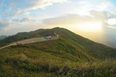 Puesta del sol en acampar de la colina. Imagenes de archivo