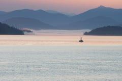 Puesta del sol en Alaska con un barco en el agua Fotos de archivo libres de regalías
