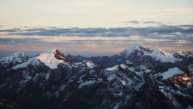 Puesta del sol en alta montaña imagen de archivo