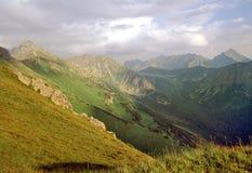 Puesta del sol en altas montañas Foto de archivo libre de regalías