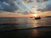 Puesta del sol en Ao Nang, provincia de Krabi fotografía de archivo