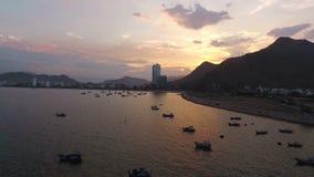 Puesta del sol en Asia en el fondo de la ciudad, del mar y de las montañas metrajes