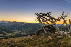 Puesta del sol en Austria con vista a las montañas Foto de archivo libre de regalías