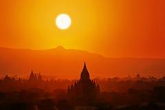 Puesta del sol en Bagan. Fotos de archivo