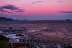 Puesta del sol en bahía del caminante en Hermanus, Suráfrica imagen de archivo libre de regalías