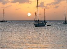 Puesta del sol en bahía del Caribe Foto de archivo libre de regalías