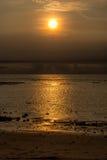 Puesta del sol en Bali con los pescadores Foto de archivo libre de regalías