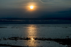 Puesta del sol en Bali con los pescadores Fotografía de archivo libre de regalías