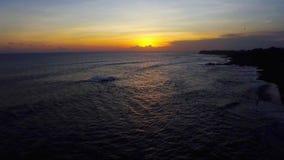Puesta del sol en Bali Echo Beach Drone View almacen de video