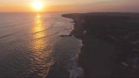 Puesta del sol en Bali Echo Beach Drone View metrajes