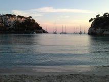 Puesta del sol en Cala Galdana, isla de Menorca, España Foto de archivo libre de regalías